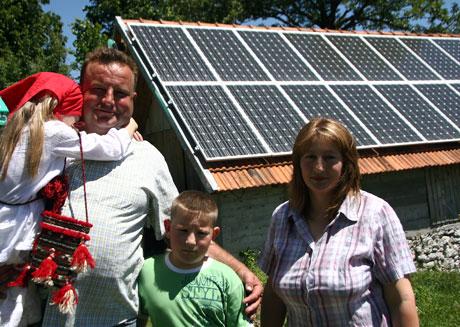 Uz pomoć UNDP-a, obitelj Keča-Desnica iz sela Ajderovac u Lici koje nije spojeno na mrežu, dobila je električnu energiju